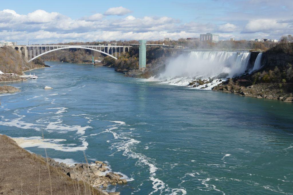 Amerikanischer Niagara fall mit Rainbow Bridge