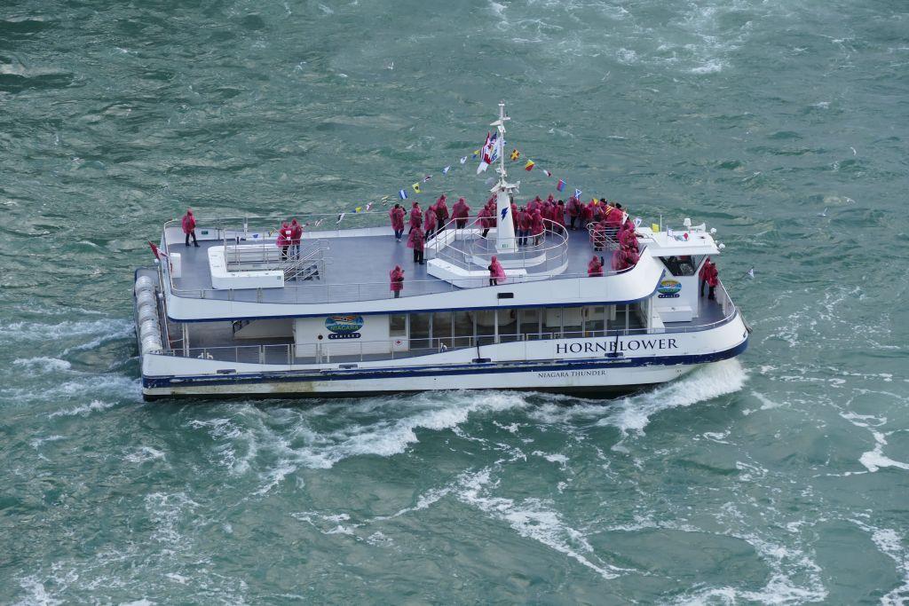 Ausflugsboot Maid of the Mist mit wenig Touristen