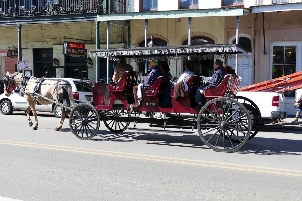 Stadtrundfahrt mit Kutsche mit Holzrädern