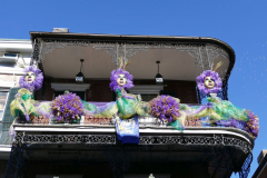 Hausfassade mit Mardi Gras Bekränzung