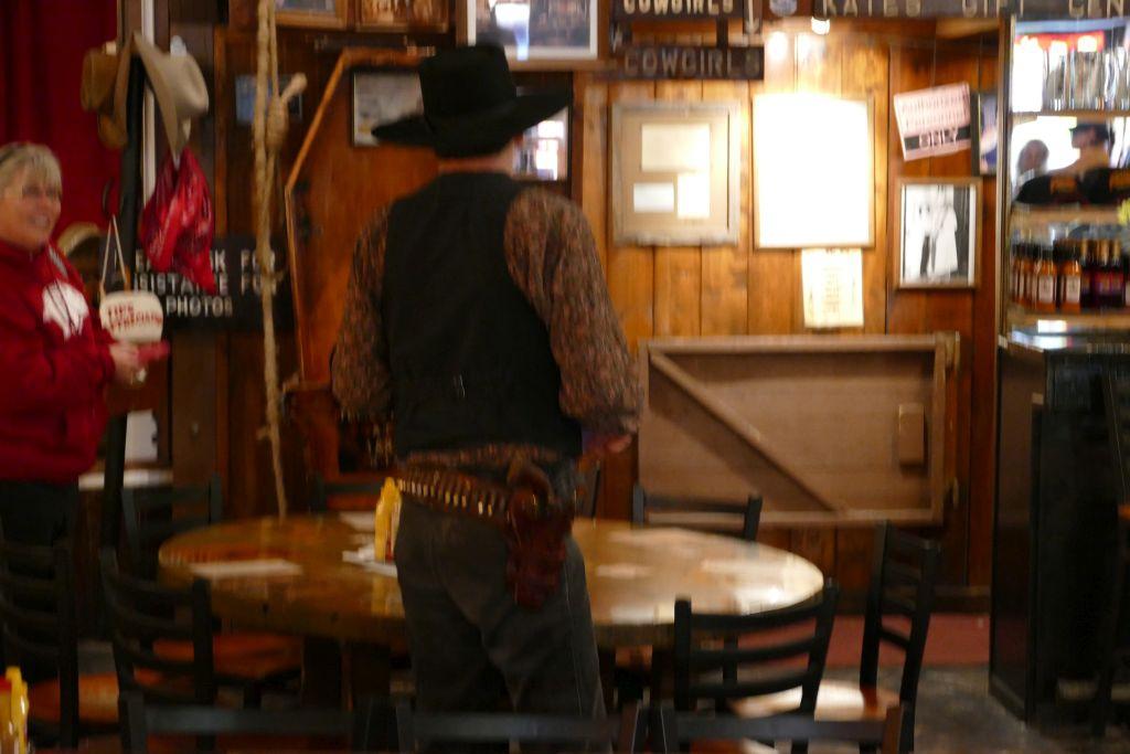 Kellner im Saloon.jpg