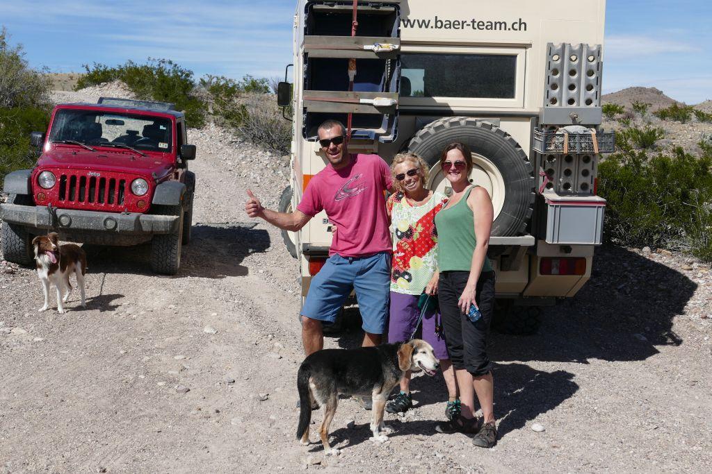 Treffen von Teddy und Nickole mit Mako auf Wüstenpiste.jpg