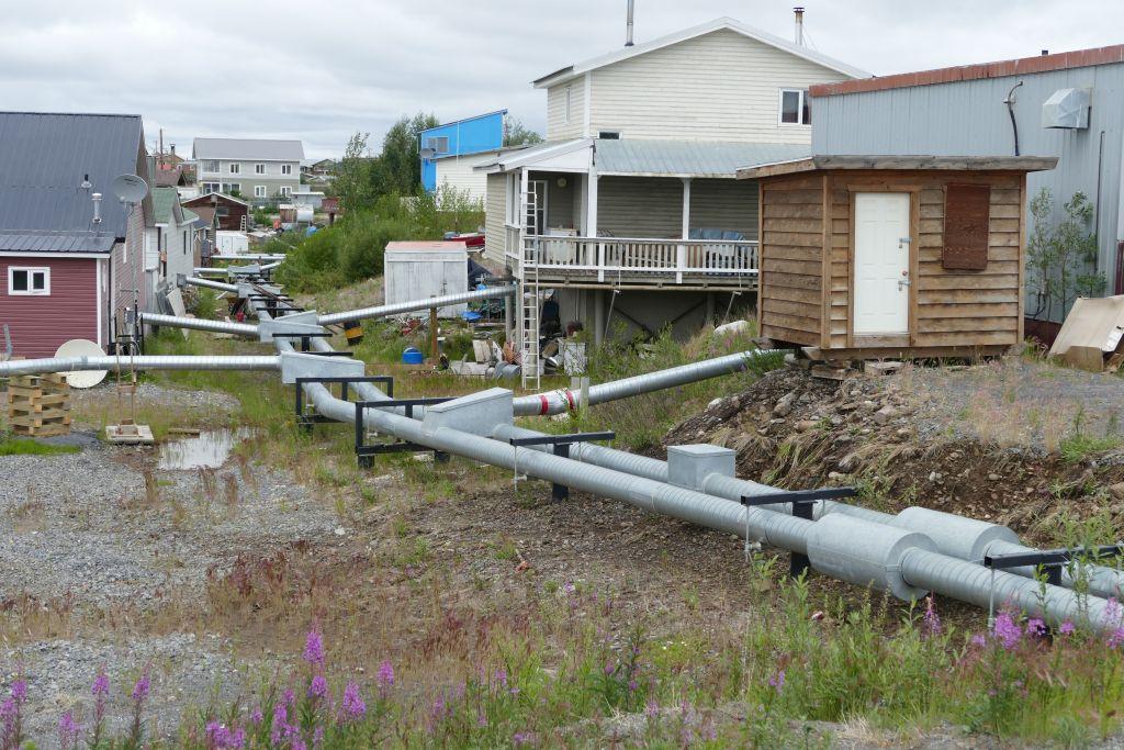Inuvik Wasser Abwasser oberirdisch wegen Permafrost - im Boden nicht möglich