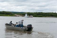 Peel River Überfahrt nur mit kleinen Motorbooten möglich