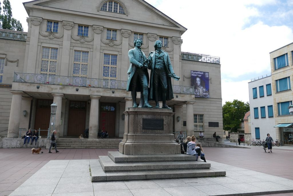 Goethe Schiller Denkmal-vor-dem-Nationaltheater