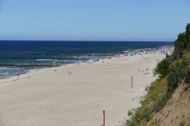 Strand leider an Steilküste