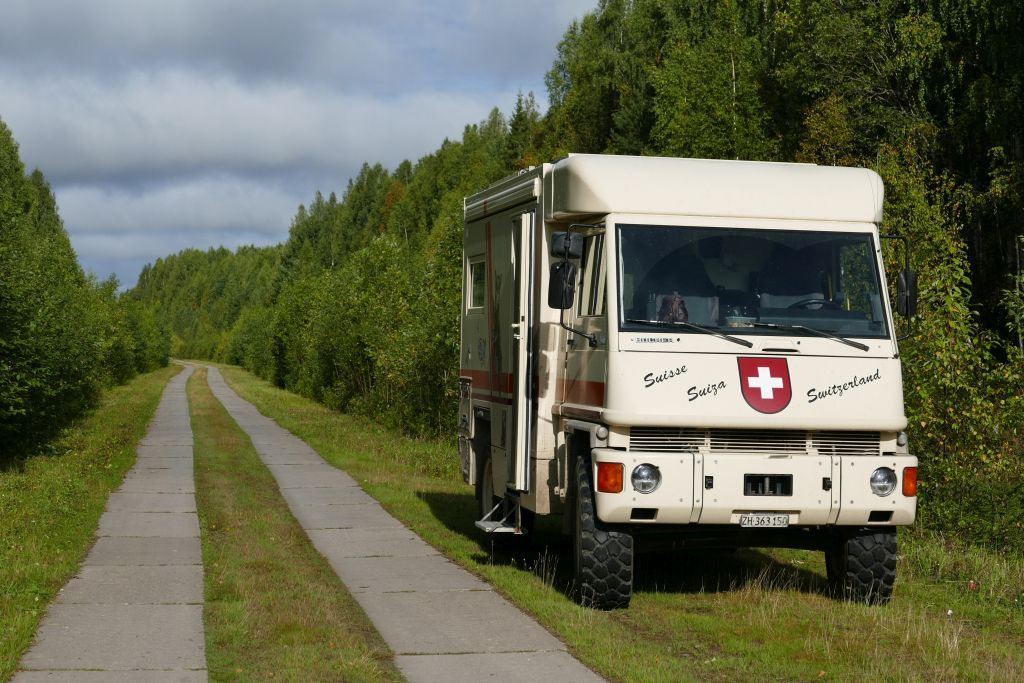 Übernachtungsplatz an russischer Betonplatten Strasse zu einem Dorf ohne Verkehr