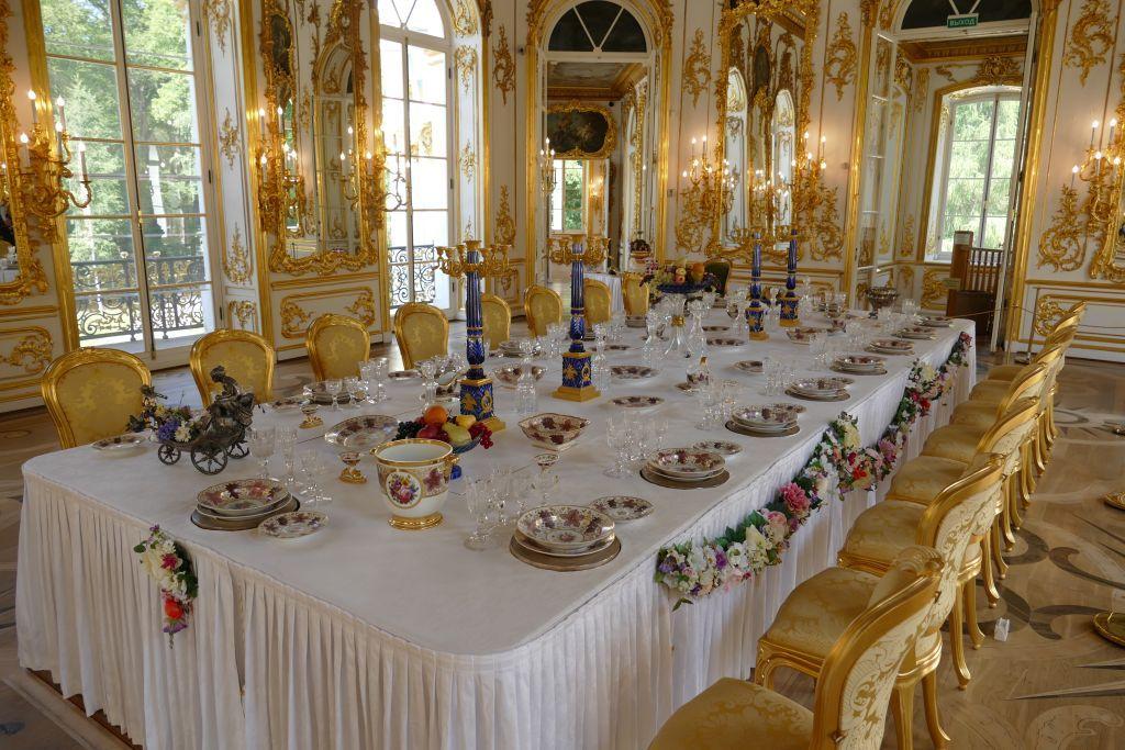 Speisesaal grosser Tisch mit schönem Porzellan Geschirr