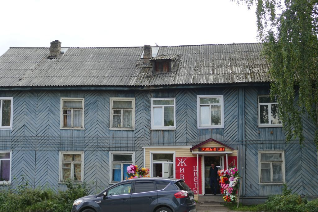 Pudozh Wohnhaus mit Blumenladen