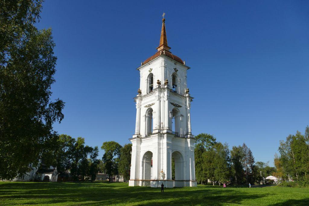 Kargopol Glockenturm neben Kirche