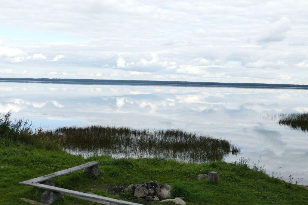 idyllischer Platz mit Wolkenspiegelung