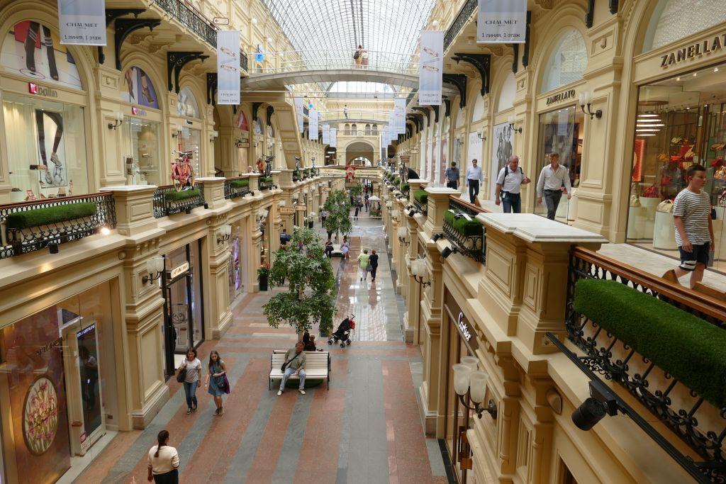 Einkaufszentrum Gum mit Ausstellung der westlichen Luxusgüter