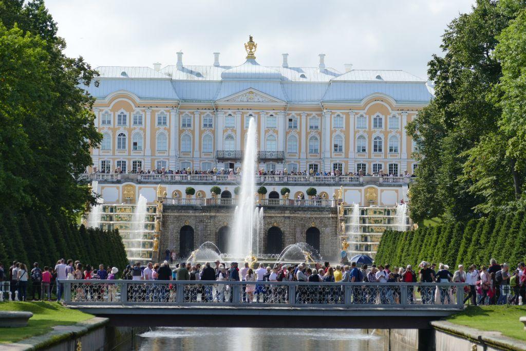 Touristenmassen vor Sommerresidenz