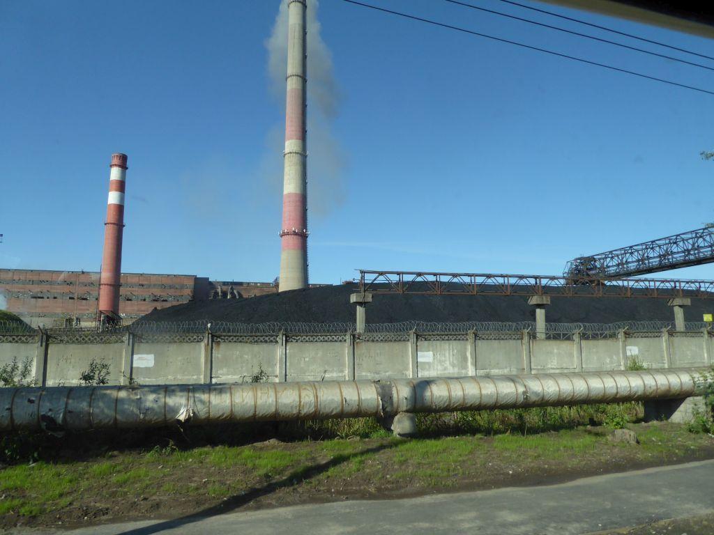 Fernheizwerk mit Kohle am Eingang zur Stadt
