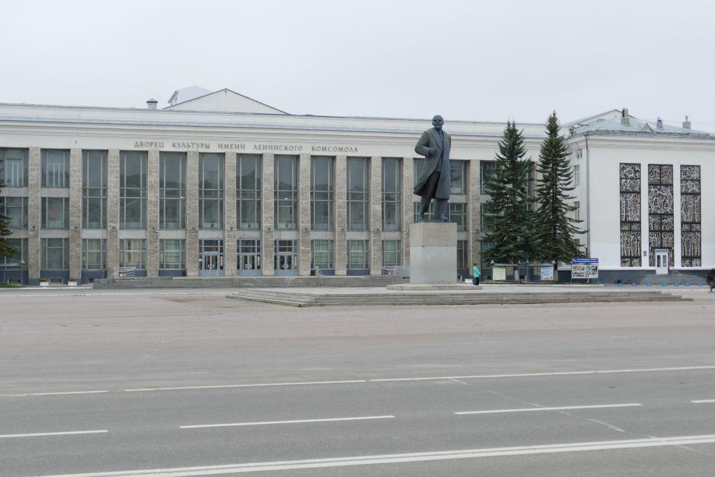 Regierungssitz mit Leninstatue